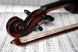 Geige liegt auf Notenbuch